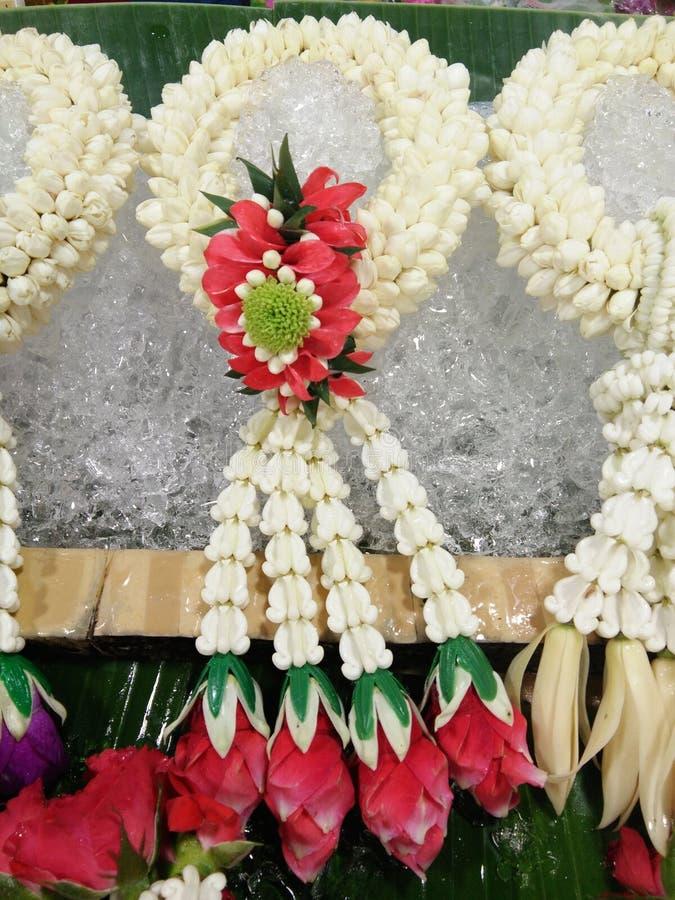 Традиционные тайские цветки Jasmin и красной розы гирлянды на льде стоковое изображение