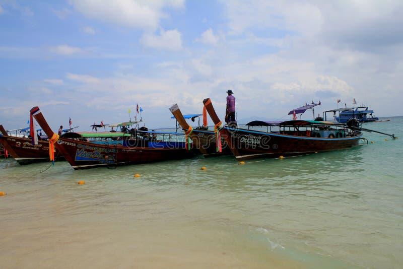 Традиционные тайские шлюпки причаленные на пляже одного из островов рая стоковые изображения