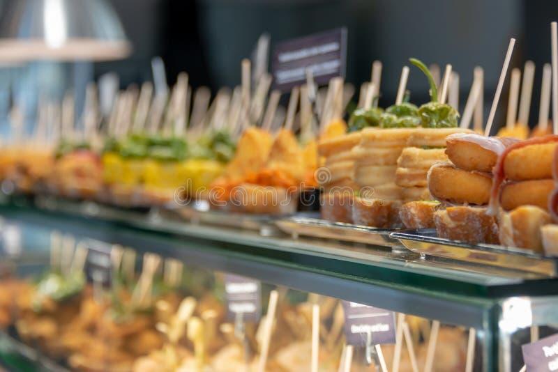 Традиционные тапы и pinchos на счетчике в Испании стоковая фотография rf