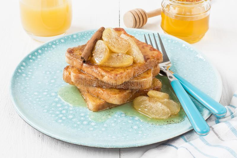 Традиционные французские тосты на завтрак с caramelized яблоками стоковые изображения