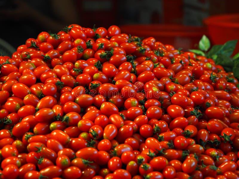 Традиционные фрукты и овощи рынка, томат вишни стоковое изображение
