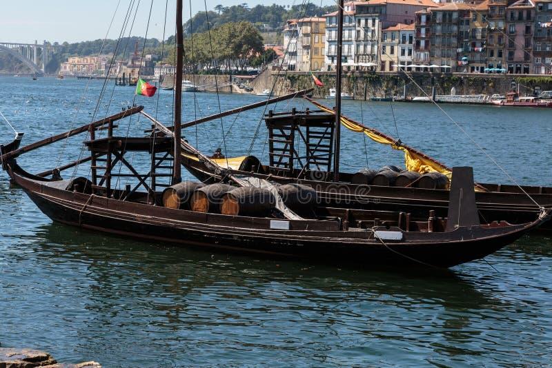 Традиционные шлюпки Rabelo на банке реки Дуэро - Порту, стоковые изображения