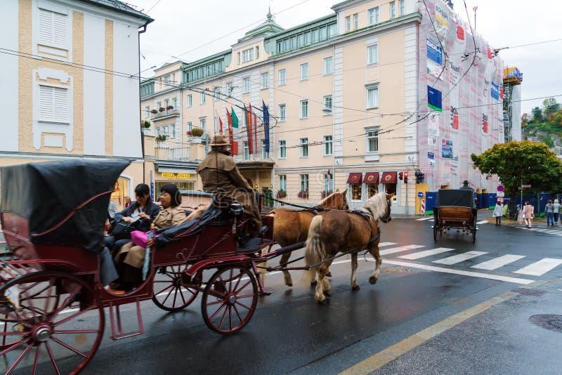 Традиционные экипажи лошади с туристами, Зальцбургом, Австрией стоковое изображение