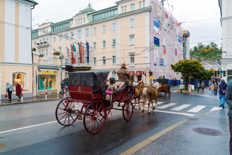 Традиционные экипажи лошади с туристами, Зальцбургом, Австрией стоковые фото
