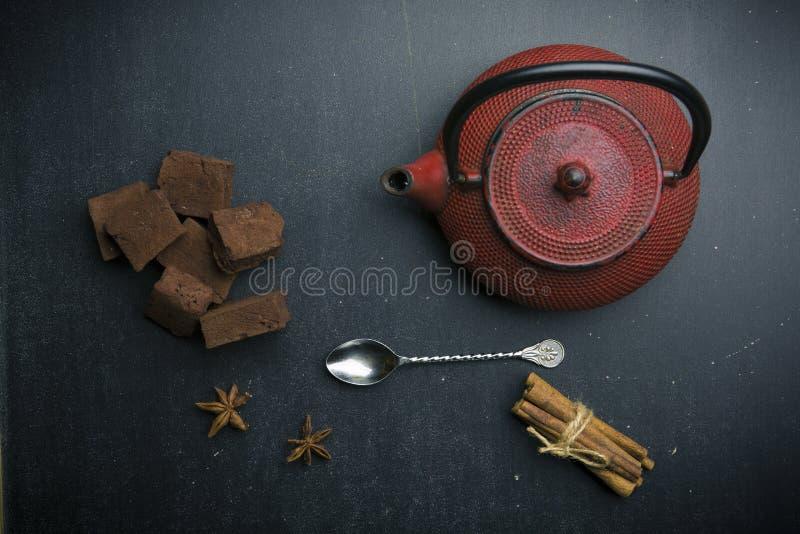 традиционные японцы утюжат чайник с зефиром и специей шоколада стоковые фото