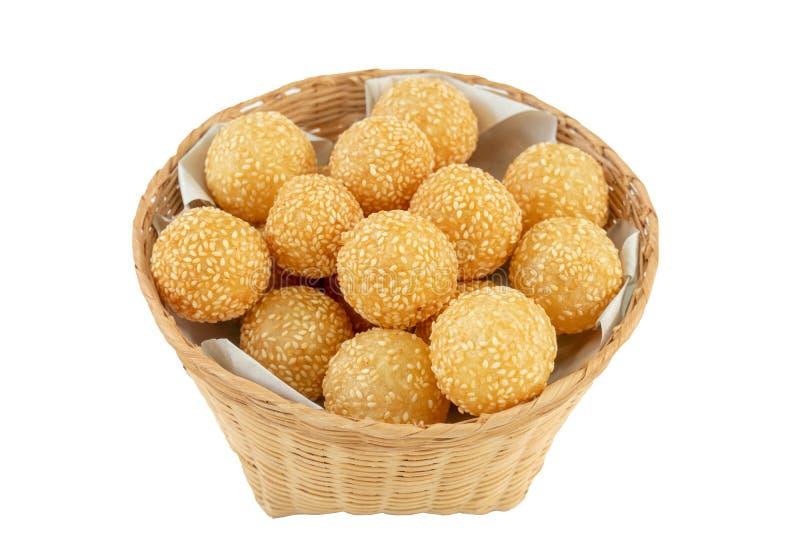 Традиционный азиатский десерт, шарик сезама в корзине на белом backgr стоковое фото rf