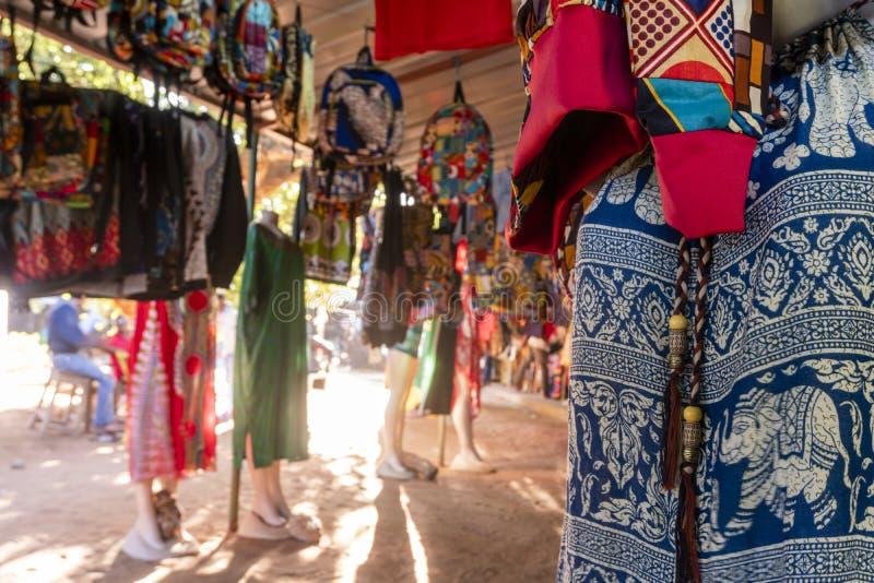 Традиционный африканский рынок продавая красочные рюкзаки, одежды и ткани, FEIMA, Мапуту, Мозамбик стоковое фото rf