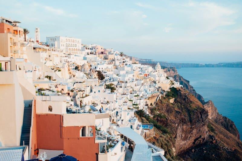 Традиционный взгляд острова Santorini на заходе солнца с белыми, голубыми и оранжевыми зданиями стоковая фотография rf