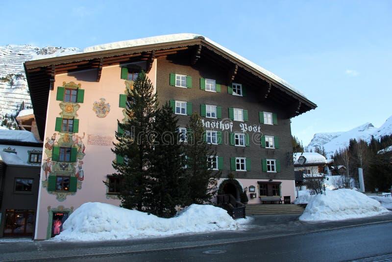 Традиционный высокогорный дом в лыжном курорте стоковое фото