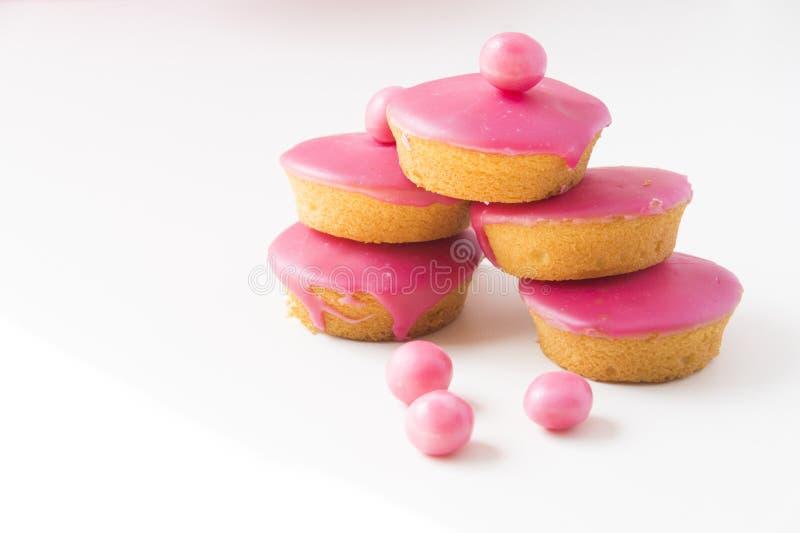 Традиционный голландский торт с розовый замораживать, вызвал Roze Koek на белой таблице стоковое изображение