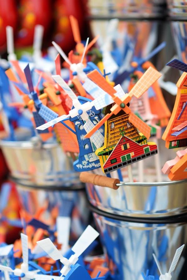 Традиционный голландский Pinwheel ветрянки забавляется для продажи на голландском магазине в Keukenhof, саде Европы, Нидерланд стоковые фотографии rf
