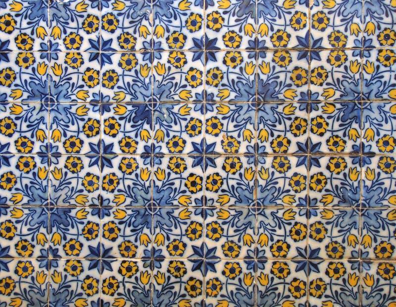 Традиционный голубой и желтый португальский цветочный узор застеклил керамические автошины с повторением дизайна в Фуншале Мадейр стоковые фото