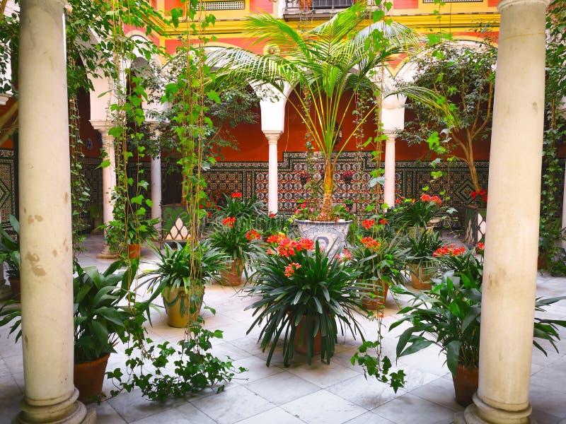 Традиционный двор в доме поместья Sevillian на известном районе святого перекрестного района de Santa Cruz, Севильи, Испании стоковые фото