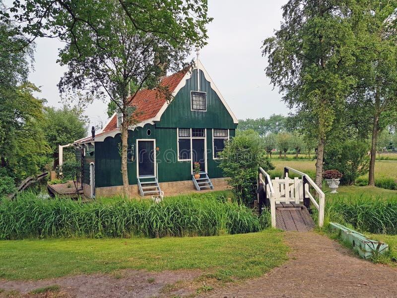 Традиционный деревянный дом в сельской местности от Нидерландов стоковая фотография rf