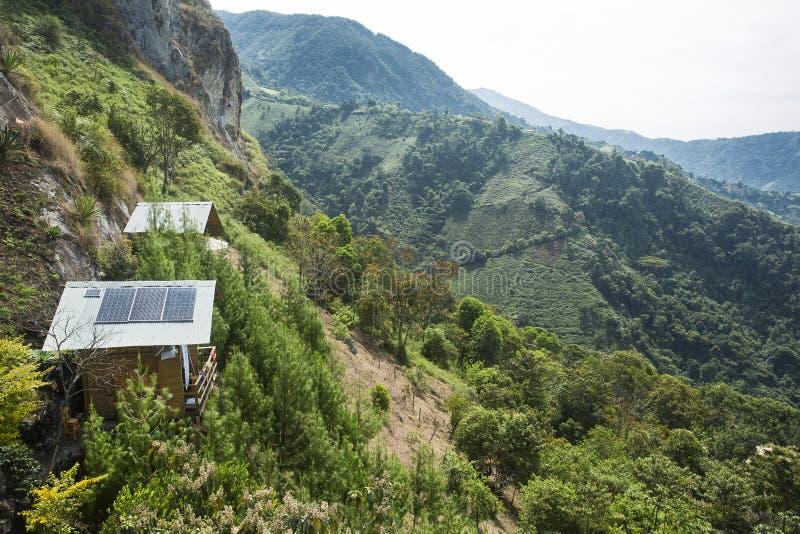 Традиционный деревянный дом с панелями солнечных батарей в горах Колумбии стоковые изображения rf