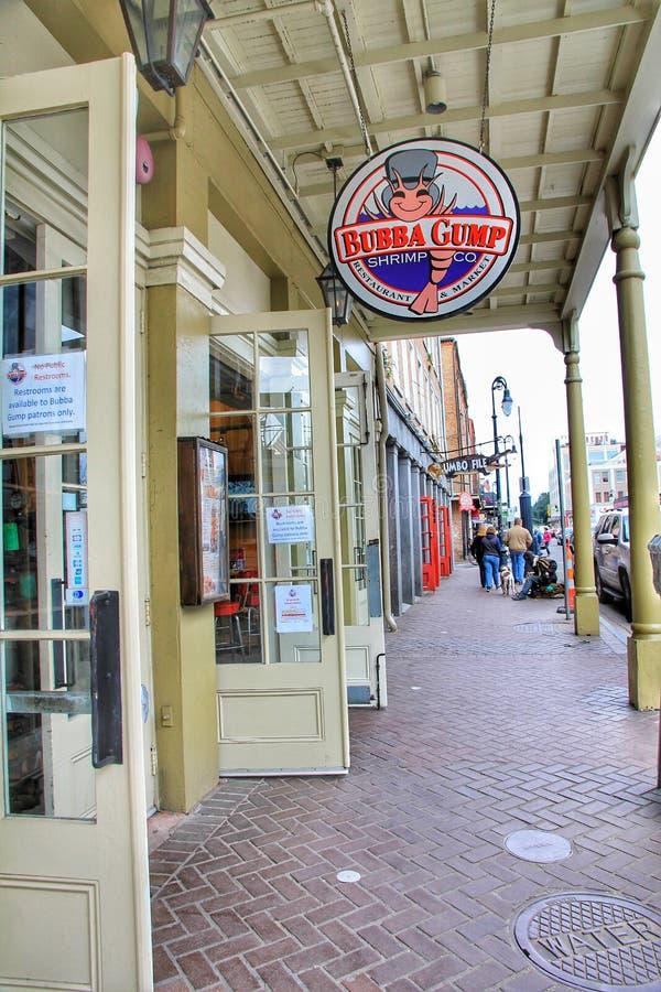 Традиционный дизайн коридора прохода с ресторанами креветки Bubba Gump подписывает вдоль улицы Decatur во французском квартале стоковые изображения rf