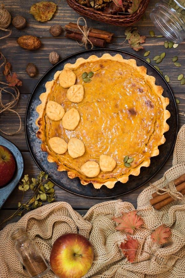 Традиционный домодельный американский пирог тыквы с оформлением печенья в форме листьев на праздник стоковые фотографии rf