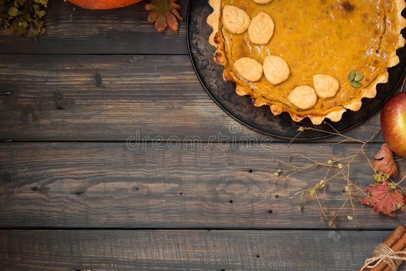 Традиционный домодельный американский пирог тыквы с оформлением печенья в форме листьев на праздник установьте текст стоковые изображения rf