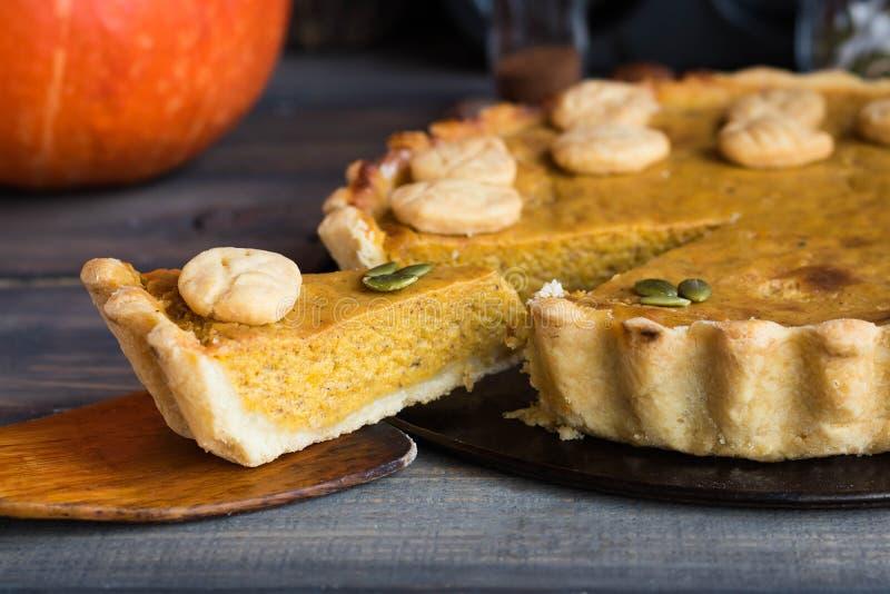 Традиционный домодельный американский пирог тыквы с оформлением печенья в форме листьев на праздник стоковое изображение rf
