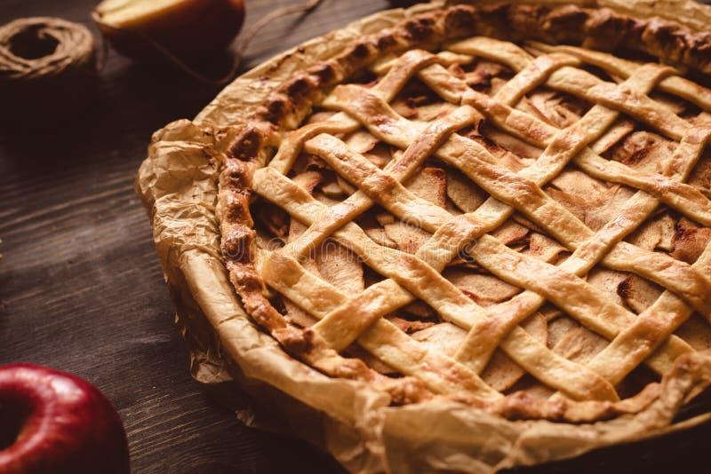 Традиционный домодельный очень вкусный яблочный пирог на деревянном столе конец вверх стоковое изображение