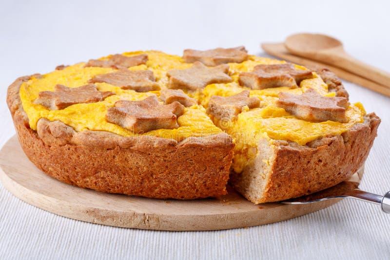 Традиционный домодельный пирог тыквы на белизне стоковая фотография rf