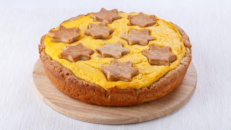 Традиционный домодельный пирог тыквы на белизне стоковые фото