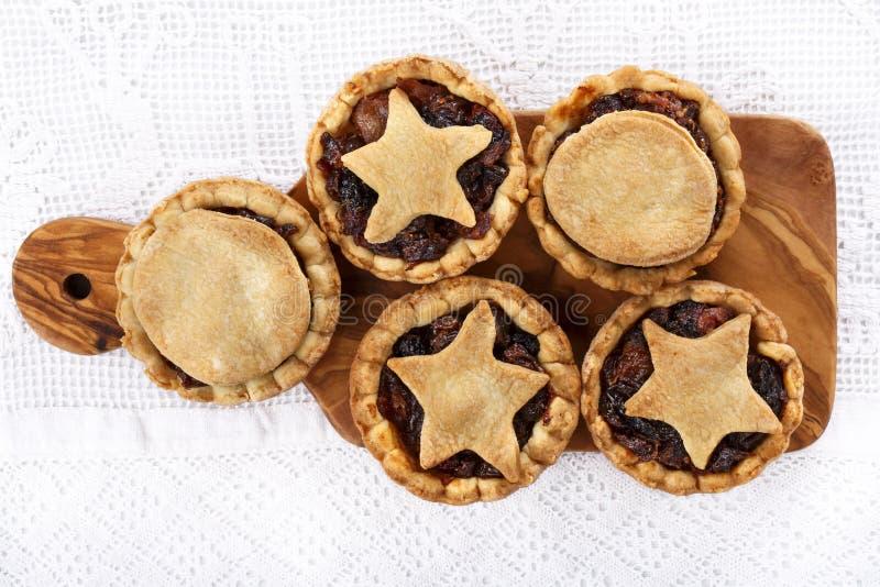 Традиционный домодельный плод семенит пироги на разделочной доске стоковые изображения rf