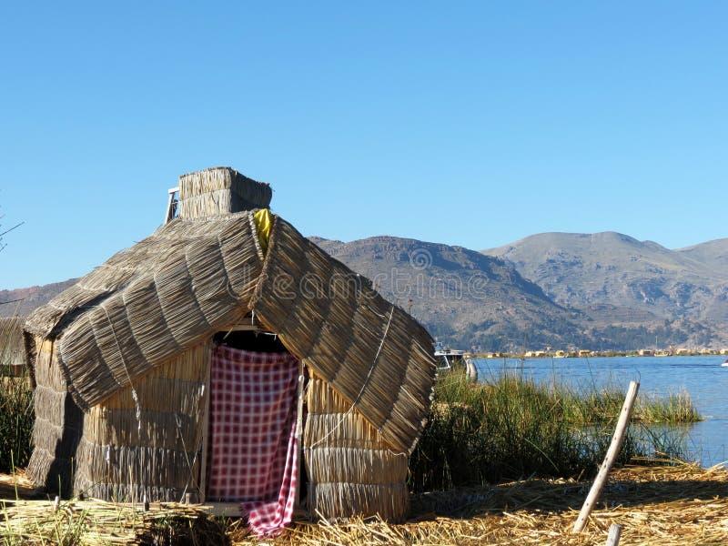 Традиционный дом на островах Uros, Перу стоковые изображения rf
