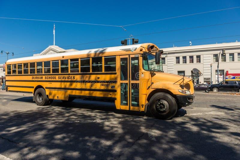 Традиционный желтый школьный автобус на улице в Сан-Франциско, Калифорния, США стоковое изображение rf