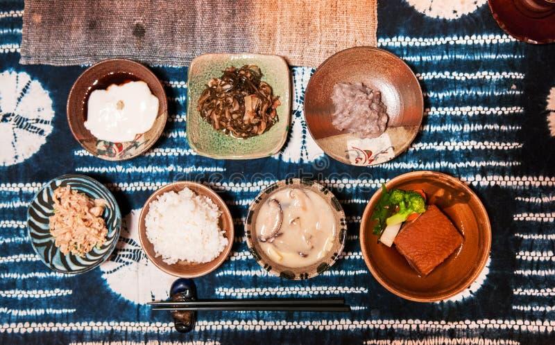Традиционный комплект еды кухни Окинавы, взгляд сверху стоковая фотография