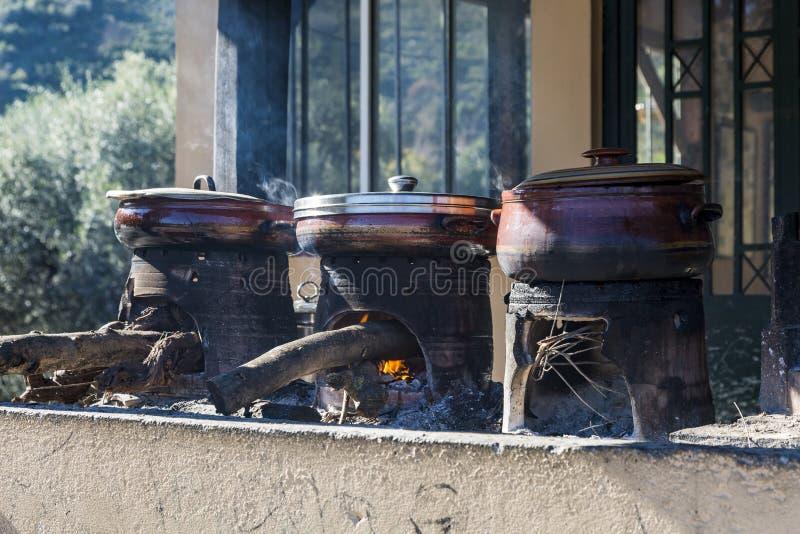 Традиционный критянин варя над деревянным огнем в Крите Греции стоковые изображения