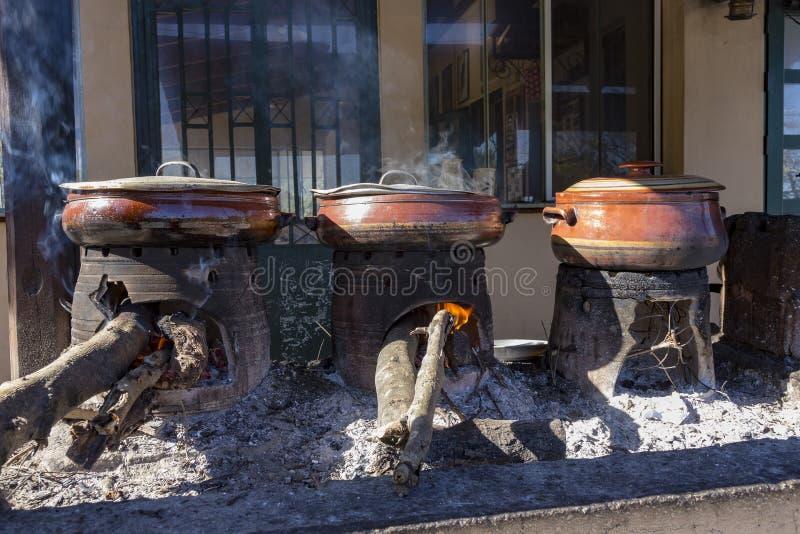 Традиционный критянин варя над деревянным огнем в Крите Греции стоковое фото