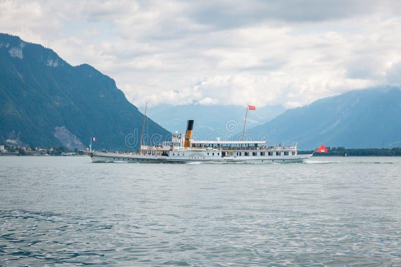 Традиционный пассажирский катер под названием 'Итальянский круиз' на озере Женевский Леман вдоль побережья Швейцарии с Альп-горам стоковые изображения rf