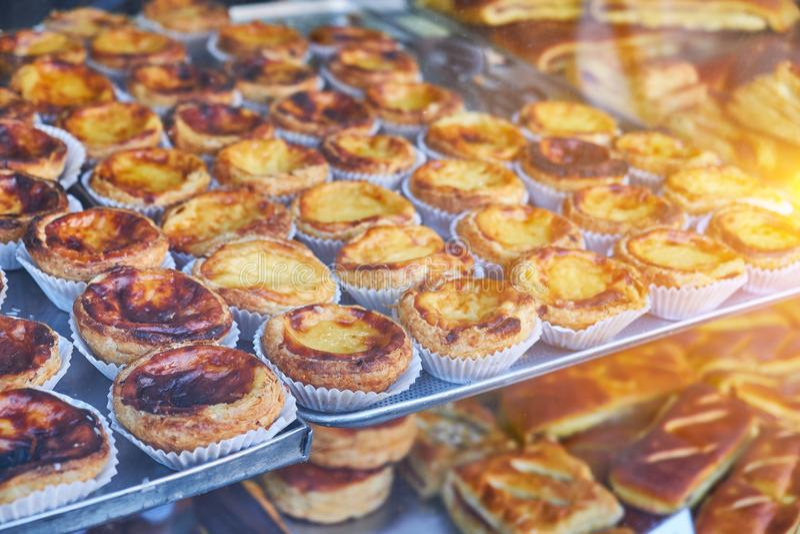 Традиционный португальский десерт, пастельный de nata на подносе стоковые фотографии rf
