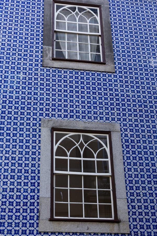 Традиционный португальский фасад с 2 окнами стоковые изображения rf