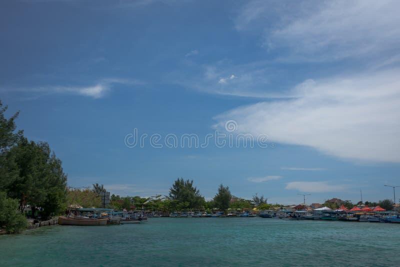Традиционный порт на острове Harapan, Индонезии с рыбацкими лодками которые ждут и подготавливают для того чтобы принести туристо стоковые фото