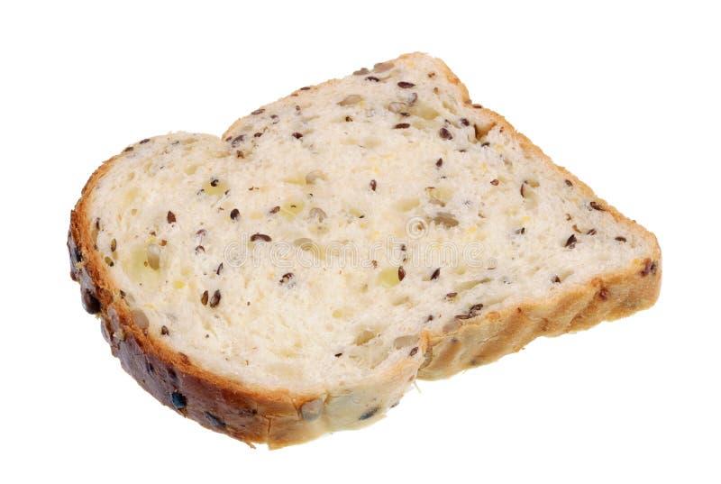 Традиционный прибалтийский сельский белый хлеб пшеницы с семененами подсолнуха и чокнутым изолированным макросом стоковое фото