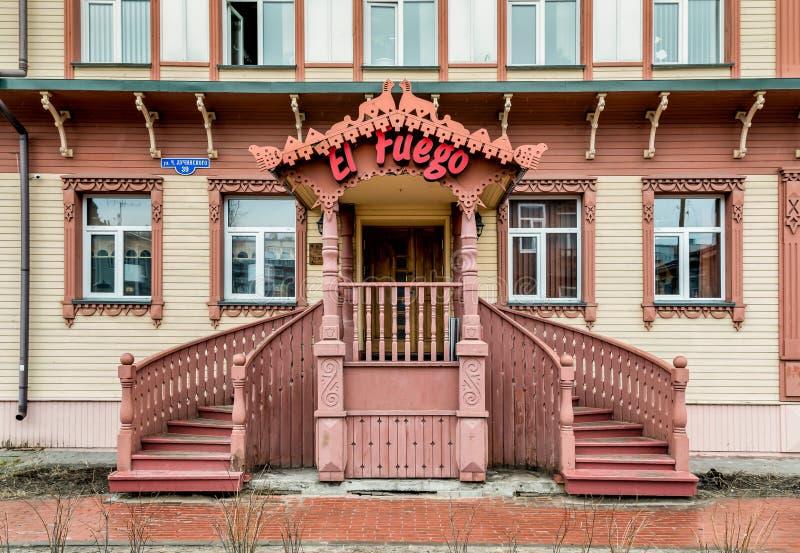 Традиционный русский ресторан в деревянном доме в Архангельске стоковая фотография