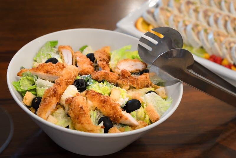 Традиционный салат цезаря с цыпленком, поставляя еду шведским столом стоковое фото rf