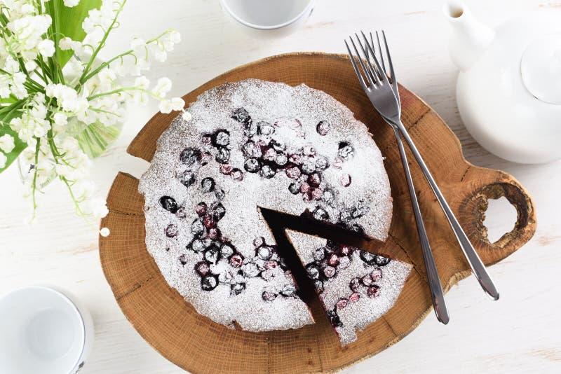 Традиционный сибирский торт с вишнями птицы, cowberries и bla стоковые фото