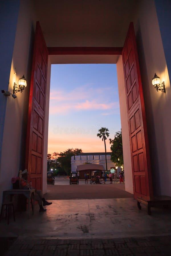 Традиционный старый азиатский старый вход ворот города городка с красивым небом сумерек Назначение достопримечательности Таиланда стоковое фото rf