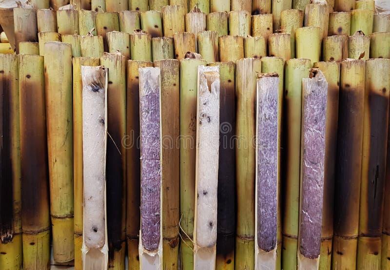 Традиционный таец усластил липкий рис в бамбуковых ручках стоковое фото rf