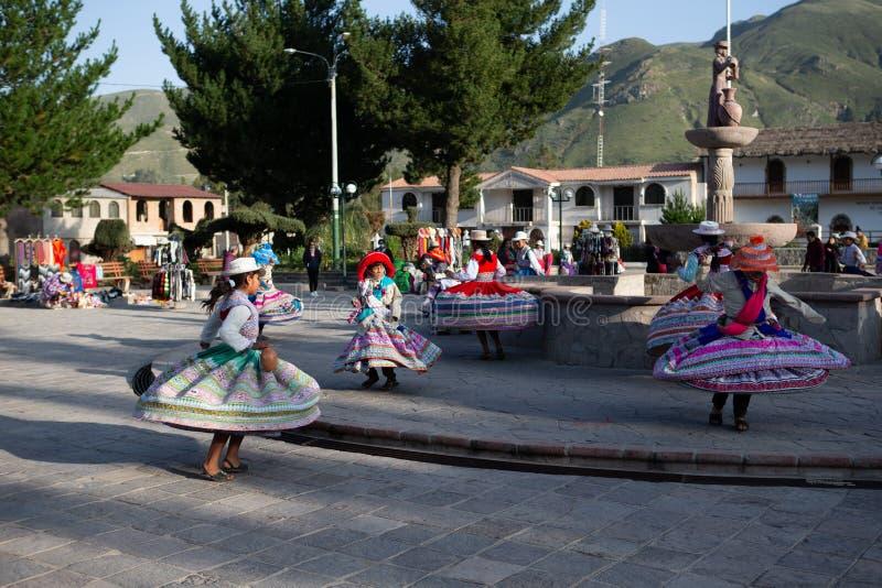 Традиционный танец молодых перуанских девушек в Yanque, Arequia, Перу на двадцать первом из марта 2019 стоковая фотография