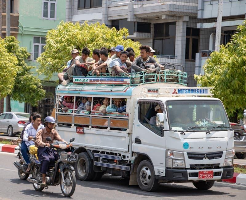 Традиционный транспорт материала и людей в Мьянме стоковая фотография