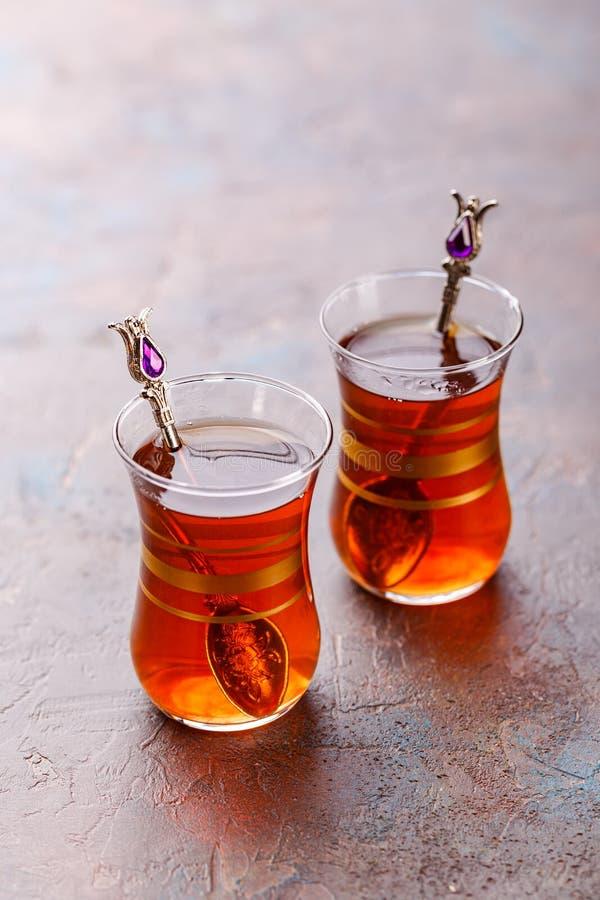 Традиционный турецкий арабский десерт и стекло чая с мятой стоковые фото