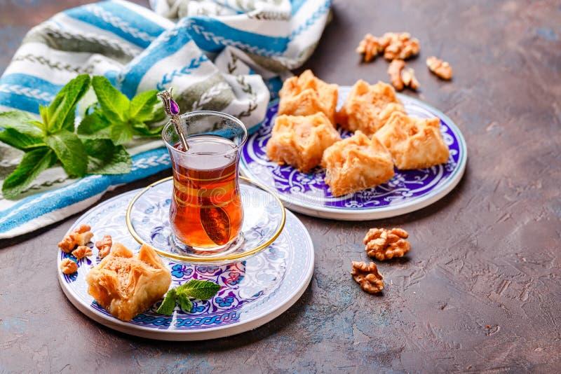 Традиционный турецкий арабский десерт и стекло чая с мятой стоковое изображение