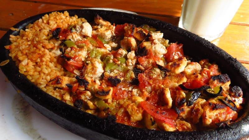 Традиционный турецкий цыпленок Kebab на горячей каменной плите стоковое фото rf