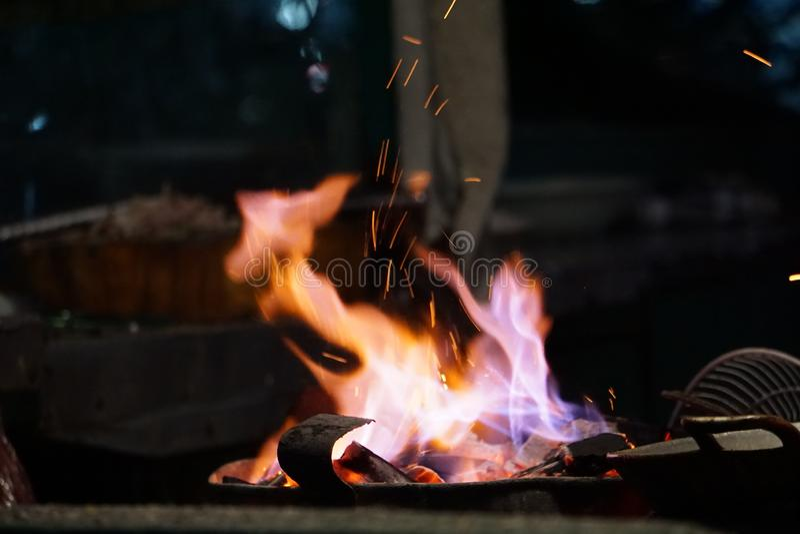 Традиционный уголь варя пламя огня стоковое изображение