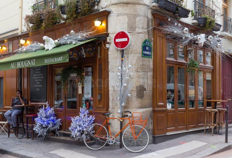 Традиционный французский Au Bougnat кафа украшенное для рождества, Парижа, Франции стоковые фотографии rf