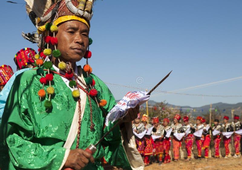 Традиционный человек Jingpo на танцульке стоковое изображение rf